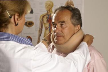 Halswirbelsäulenbruch - Ursachen, Beschwerden & Therapie